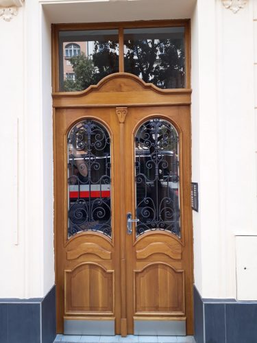 Masivní dubové dveře. Praha Vršovice